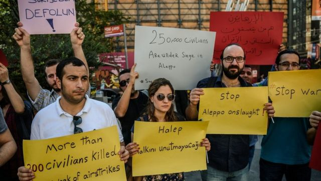 'کشتار حلب را متوقف کنید' امروز شماری از سوریها و ترکیهای ها در اعتراض به حملات حلب در استانبول تجمع کردند