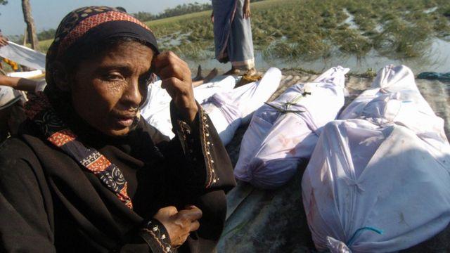 মোড়েলগঞ্জে সিডরে নিহতদের গণ দাফন।