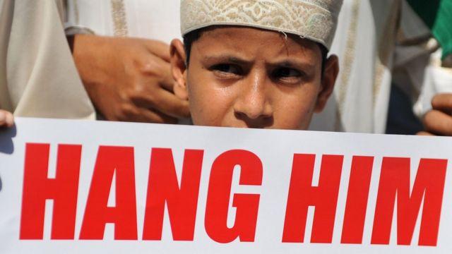 मुंबई में कसाब को फांसी की सज़ा का जश्न मनाने की रैली में एक बच्चा