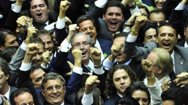 Cunha com os colegas de centrão ao ser eleito presidente da Câmara