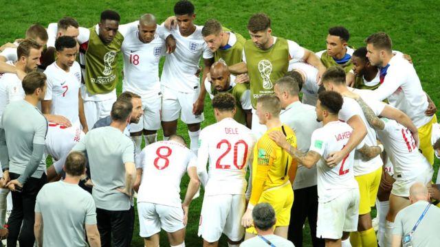 Các cầu thủ lên dây cót tinh thần trước khi đá hiệp phụ.