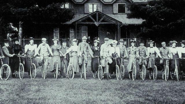 Personas en bicicletas.