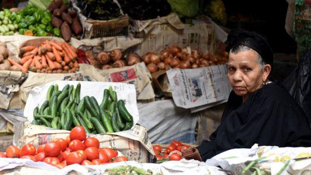 امرأة تبيع خضروات في مصر