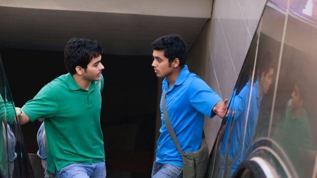 Yürüyen merdiven üzerinde iki adam sohbet