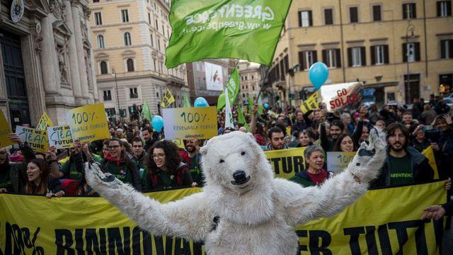 Климатический протест с медведем в Риме
