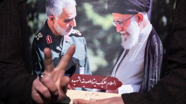 صورة للمرشد الأعلى الإيراني على خامنئي والقائد العسكري قاسم سليماني