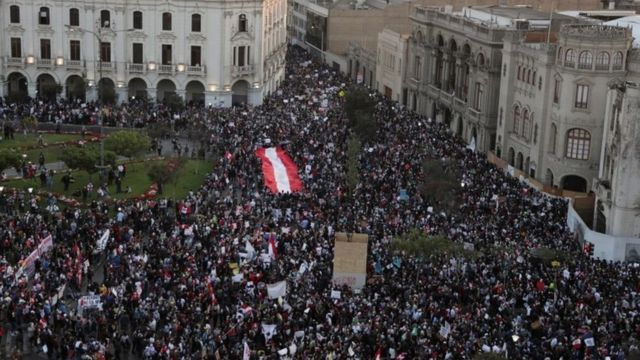 Manifestantes en la Plaza San Martín en Lima