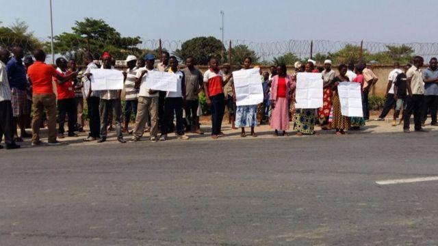 Bamwe mubari baje gushigikira Jean Luc Ndihokubwayo bitwaje ivyandiko bihakana ko hagiye kuba genocide y'abatutsi