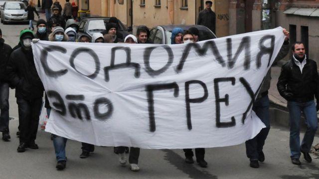 Beynəlxalq Toleratnlıq Günündə Sankt Peterburqda cinsi azlıqların hüquqlarına dəstək aksiyasına qarşı etiraz edən fəallar.