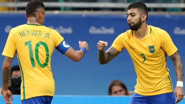 Dos jugadores de Brasil se saludan
