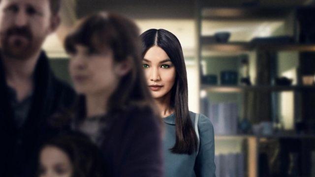 Džema Čen glumi antropomorfnog robota po imenu Mia u TV seriji Kanala 4 Ljudi
