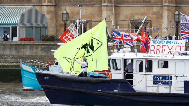 議会前を進む離脱派の船(写真奥)と港長の船