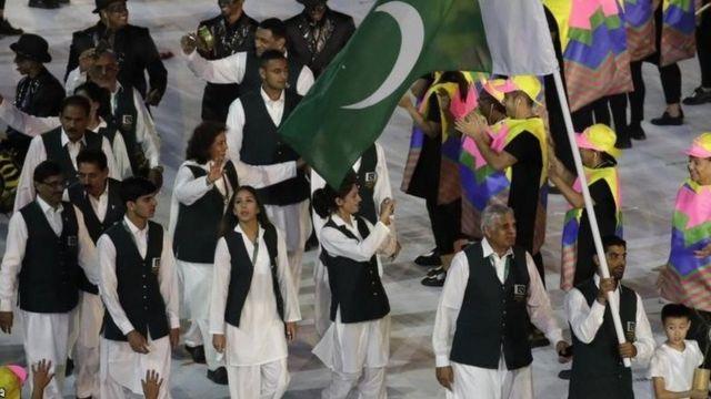 Les Pakistanais dans leurs traditionnels shalwar kameez portés avec des gilets.