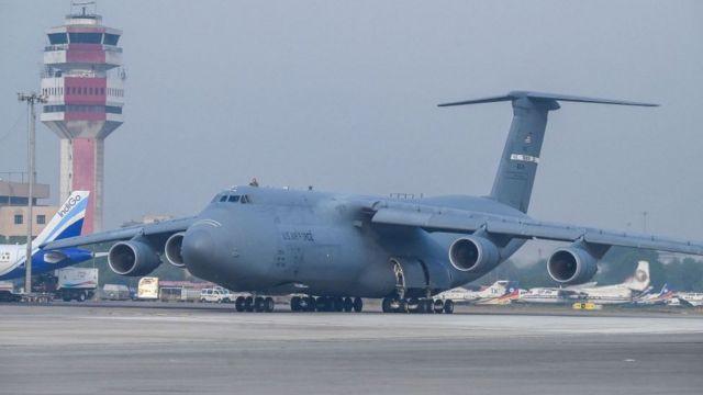 Avión estadounidense en aeropuerto en India.
