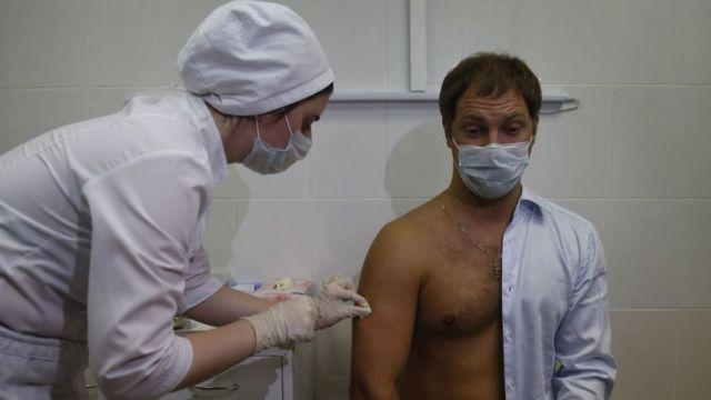 Президент России Владимир Путин еще в августе потребовал, что вакцинация прививкой от коронавуирса должна быть добровольной