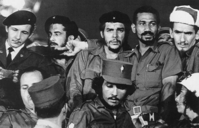 در این عکس رائول جوان - چپ- در کنار چریکهای انقلابی که چهگوارا هم در میان آنها ایستاده در سال ۱۹۵۹ دیده میشود