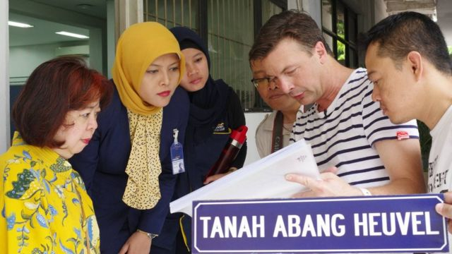 Sven Verbeek saat mengunjungi kantor Bank Mandiri yang dulunya adalah rumah Lim Tiang Hoey, salah satu kapten Cina paling kaya di Batavia, yang juga rekanan kakek buyut Verbeek, Februari 2017 lalu.
