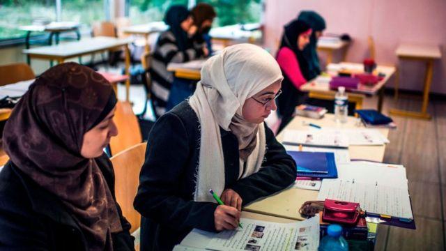 طالبات يرتدين الحجاب
