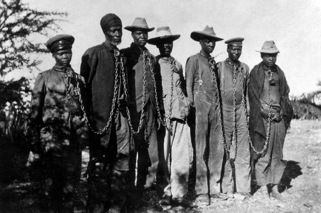 Imfungwa z'aba Herero ziboshye n'iminyururu (1904)