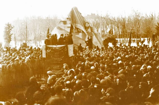 Урочисте відкриття пам'ятника Т. Шевченку в стилі конструктивізму. Полтава, 12 березня 1926 року