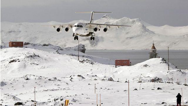 Un avión aterrizando en la base chilena de la Antártica