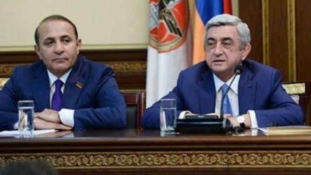 Hovik Abrahamyan (solda) və Serj Sarkisyanın yaxın