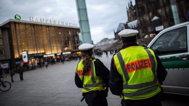 ケルン中央駅前に立つ警官(10日)