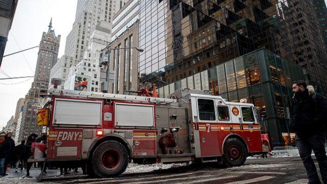 Wata motar kashe gobara na barin benen Trump Tower bayan an sami kashe gobara a birnin New York ranar 8 ga watan Janairun 2018.
