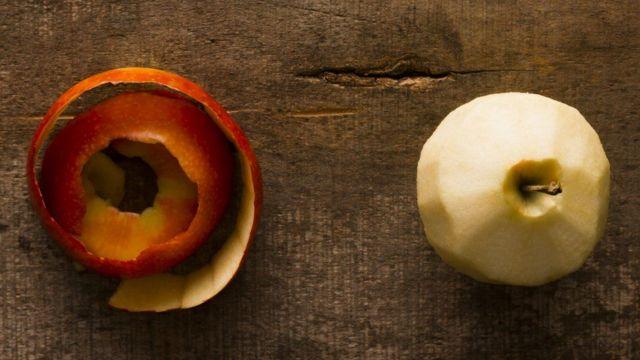 Manzana con piel al lado.