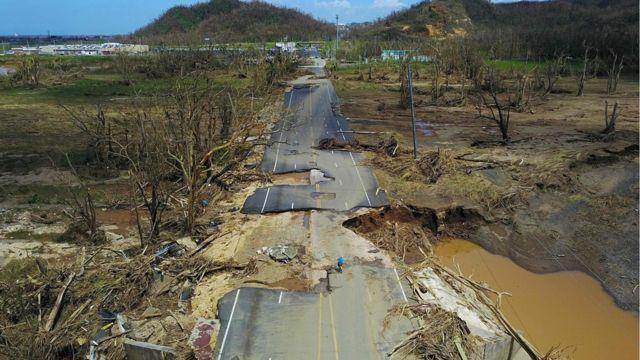 Carretera destrozada en San Juan, Puerto Rico, tras el huracán María