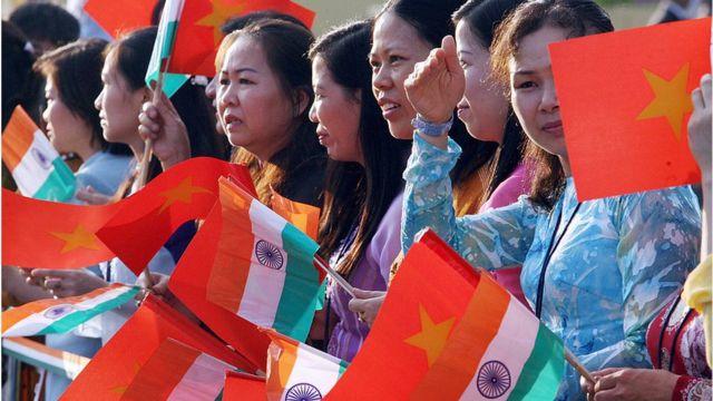 Phụ nữ Việt Nam vẫy cờ Việt Nam và Ấn Độ trong chuyến đi thăm Ấn Độ của cựu thủ tướng Nguyễn Tấn Dũng năm 2007