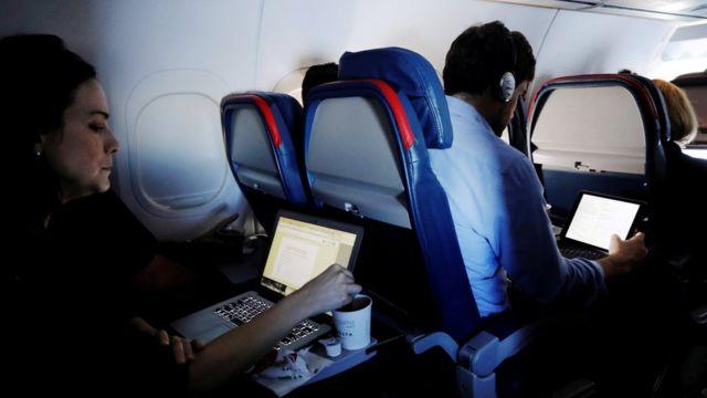 Passageiros de avião com laptop
