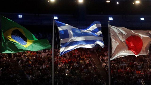 Флаги Бразилии, Греции и Японии на церемонии закрытия Игр