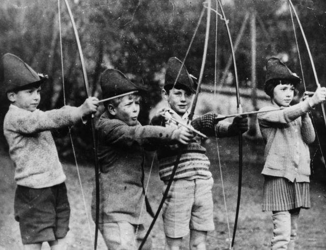 Prens Philip eğitimine Fransa St-Cloud'daki MacJannet Amerikan okulunda başladı. Prens Philip (soldan ikinci) bu fotoğrafta okul arkadaşlarıyla görülüyor.