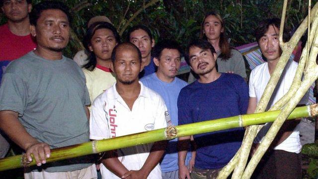 Những người Malaysia bị bắt cóc và bị giam giữ tại một trại của nhóm Abu Sayyaf tại rừng nhiệt đới trên đào Jolo, nam Philippines, ngày 27/05/2000
