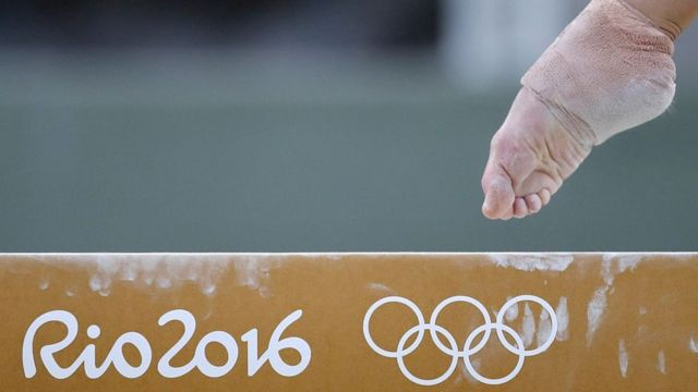 El pie de una gimnasta sobre la barra en una competición de Río 2016.