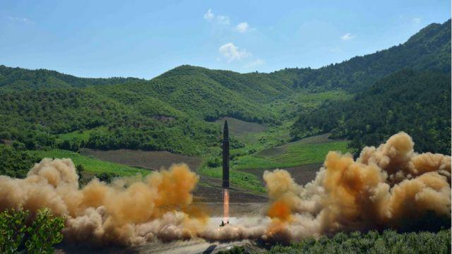 สือเกาหลีเหนืออ้างว่าการทดสอบขีปนาวุธพิสัยไกลข้ามทวีป ฮวาซอง-14 เมื่อวันที่ 4 ก.ค. ผ่านมาประสบความสำเร็จด้วยดี