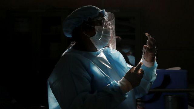 Un trabajador de la salud extrae una dosis de la vacuna Sinopharm COVID-19 de China mientras la gente espera recibir sus inyecciones en Colombo, Sri Lanka, el 8 de mayo de 2021.