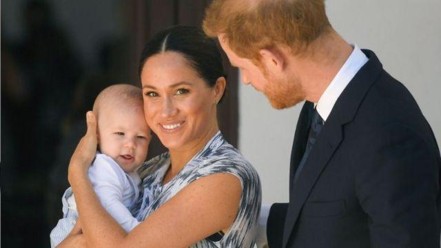 哈里与梅根长子阿奇(左)于2019年5月6日出生。(photo:BBC)