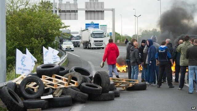 Striking ferry workers burn tyres