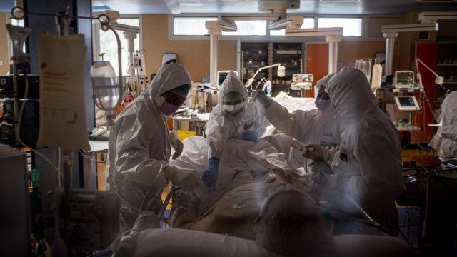 Médicos atienden a un paciente de covid-19 en Italia.