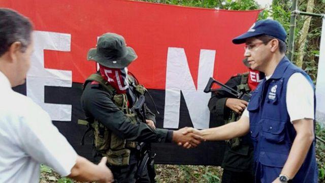 Militante del ELN saluda a representantes del Defensor del Pueblo de Colombia