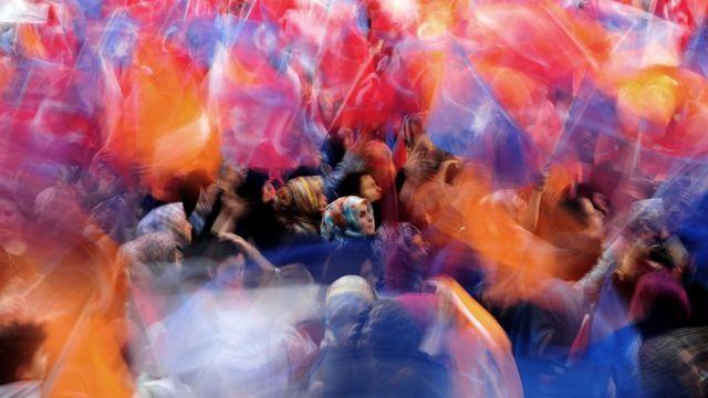 AKP destekçileri bir miting sırasında.