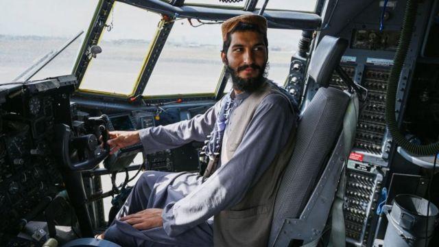 Taliban militanları havalimanında ele geçirdikleri hava araçlarıyla poz verdi