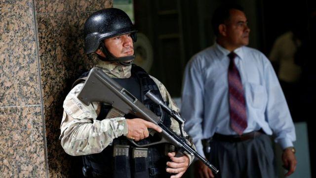 Un funcionario de un cuerpo de seguridad en la sede del Banco Central de Venezuela.