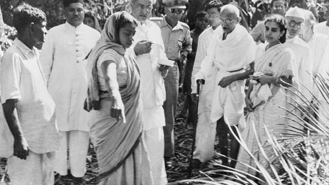 নোয়াখালীতে দাঙ্গা-বিধ্বস্ত গ্রাম ঘুরে দেখছেন মি. গান্ধী।