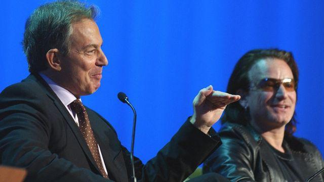 توني بلير والمطرب بونو يتحدثان في المنتدى الاقتصادي العالمي عام 2005