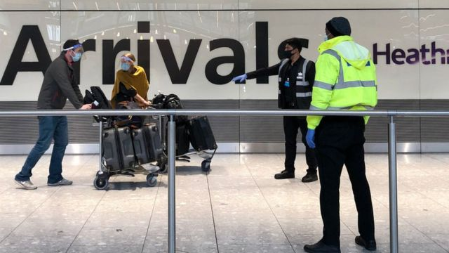 Yolculara, Heathrow Terminal Beş'in gelen yolcu bölümünden karantina otellerine gidecek otobüslere kadar eşlik ediliyor.