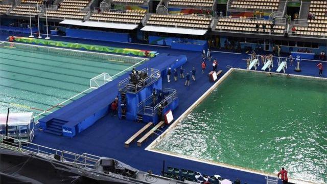 La diferencia en el color del agua en las diferentes piscinas es notable.