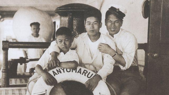 Dois jovens e um menino japonês, em um dos barcos que levavam migrantes japoneses ao Peru
